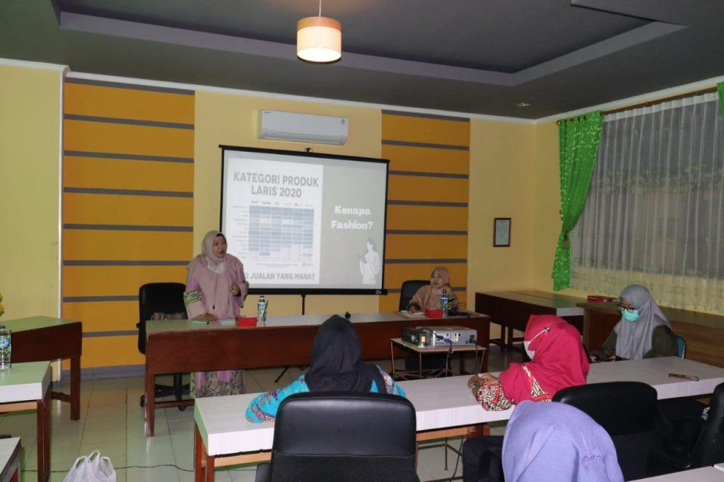 Praktisi Mengajar Tata Busana oleh Ibu Tutik Dhani Handayani, ST (Owner dan Founder Lhe-marikoe)